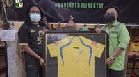 Green Nord melelang jersey milik eks kapten legendaris Bajul Ijo, Mat Halil. (Bola.com/Aditya Wany)