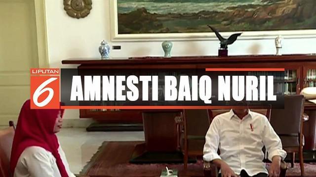 Presiden Jokowi menyerahkan secara langsung surat keputusan pemberian amnesti kepada Baiq Nuril.