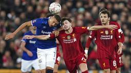 Pemain Liverpool, Neco Williams, duel udara dengan pemain Everton, Richarlison, pada laga Piala FA di Stadion Anfield, Minggu (5/1/2020). Liverpool menang 1-0 atas Everton. (AP/Jon Super)