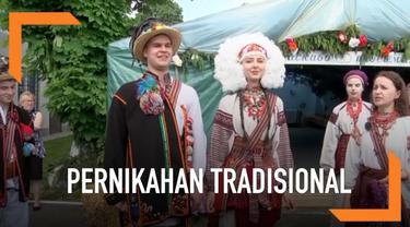 Penduduk pegunungan Karpatia, Ukraina menggelar pernikahan tradisional. Pakaian pengantin disana berbeda-beda sesuai dengan asal desa mereka.
