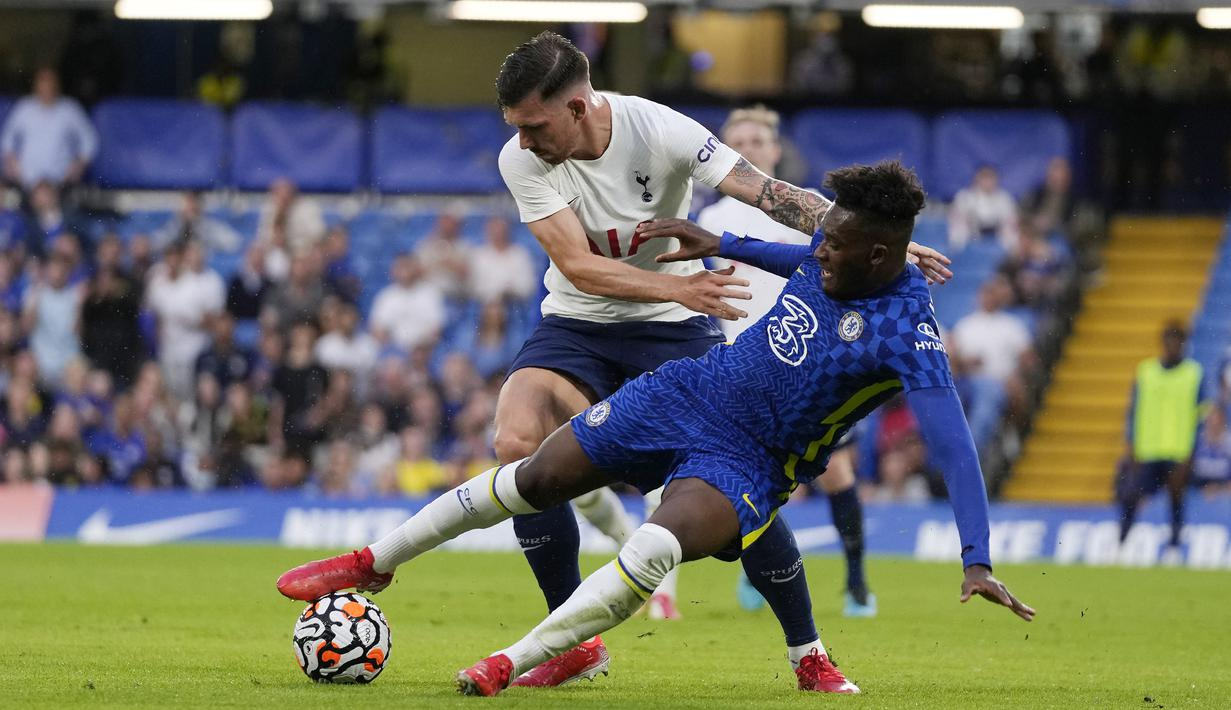 Pemain Chelsea Callum Hudson-Odoi (kanan) berebut bola dengan pemain Tottenham Pierre-Emile Hojbjerg pada pertandingan persahabatan di Stadion Stamford Bridge, London, Inggris, Rabu (4/8/2021). Pertandingan berakhir imbang 2-2. (AP Photo/Matt Dunham)