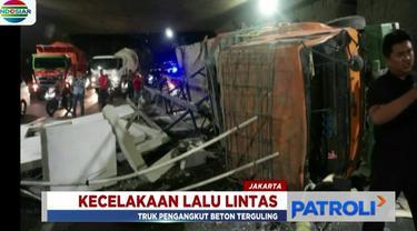 Kecelakaan ini berawal dari pengemudi truk yang hilang kendali akibat rem blong dan menabrak trotoar jalan hingga akhirnya terbalik.