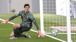 Kiper Real Madrid, Thibaut Courtois, gagal menghalau tendangan pemain Eibar, Pedro Bigas, pada laga La Liga di Estadio Alfredo Di Stefano, Senin (15/6/2020). Real Madrid menang 3-1 atas Eibar. (AP/Bernat Armangue)