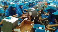 Semangat ribuan pekerja PT Djarum melinting, merapikan, dan mengepak jutaan batang rokok. (Fiki/Liputan6.com)