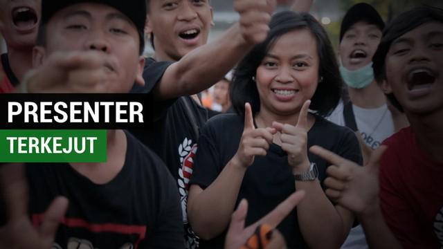 Berita video momen presenter Bola.com dibuat terkejut oleh Jakmania saat merayakan Persija Jakarta juara Liga 1 2018.