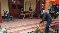 Pelanggar protokol kesehatan yang terjaring operasi yustisi di Kota Bekasi harus menerima sanksi membersihkan fasilitas umum. (Liputan6.com/Bam Sinulingga)