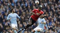 Gelandang Manchester United, Paul Pogba, menyundul bola ke gawang Manchester City pada laga Premier League di Stadion Etihad, Sabtu (7/4/2018). Manchester City takluk 2-3 dari Manchester United. (AP Photo/Matt Dunham)