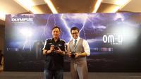 (ki-ka) Marketing Manager Olympus Customer Care Indonesia Sandy Chandra dan Regional Specialist Product  Olympus Quettfenn Lai di peluncuran Olympus OM-D E-M1 Mark II di Jakarta, Kamis (1/12/2016). (Liputan6.com/Agustinus Mario Damar)