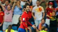 Gelandang Spanyol, Isco melakukan selebrasi usai mencetak gol keduanya saat berhadapan dengan Italai pada Grup G kualifikasi Piala Dunia 2018 di Stadion Santiago Bernabeu di Madrid, (2/9). Spanyol menang atas Italia 3-0. (AP Photo / Paul White)