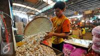 Seorang pedagan bawang putih di Pasar Induk Kramat Jati sedang merapihkan dagangannya, Jakarta, Jumat (19/6/2015). Memasuki bulan Ramadan sejumlah harga sayur mengalami kenaikan harga. (Liputan6.com/Yoppy Renato)