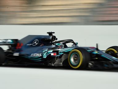 Pembalap Mercedes Lewis Hamilton memacu mobilnya saat tes pramusim di Sirkuit de Catalunya, Spanyol (6/3). Menjelang musim baru, Hamilton bersiap menjalani musim keenammya bersama Mecedes. (AFP Photo/Lluis Gene)
