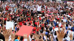 Capres nomor urut 01 Joko Widodo menyapa pendukungnya saat menghadiri deklarasi Alumni Jabar Ngahiji di Monumen Perjuangan Kota Bandung, Jawa Barat, Minggu (10/3). Deklarasi tersebut bertema 'Ayo Bung Satu Kembali'. (Liputan6.com/Angga Yuniar)