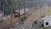 KRL melintas di jalur dwiganda atau double-double track (DDT) kawasan Jatinegara, Jakarta, Jumat (12/4). DDT Jatinegara-Cakung memiliki panjang 9,5 kilometer dari panjang lintas DDT Manggarai-Cikarang yakni 35 Km. (Liputan6.com/Herman Zakharia)