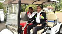 Presiden Joko Widodo atau Jokowi (kanan) bersama sprinter Lalu Muhammad Zohri (kiri) menaiki mobil golf di Istana Bogor, Jawa Barat, Rabu (18/7). Jokowi menjadi sopir Zohri ketika mengelilingi Istana Bogor. (Liputan6.com/Pool/Biro Pers Setpres)