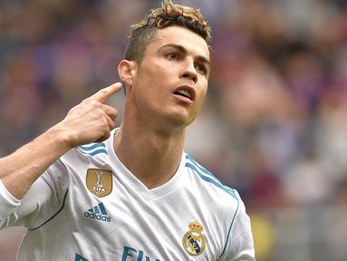 Sriker Real Madrid, Cristiano Ronaldo, melakukan selebrasi usai mencetak gol ke gawang Eibar pada laga La Liga di Stadion Ipurua, Sabtu (10/3/2018). Eibar takluk 1-2 dari Real Madrid. (AFP/Ander Gillenea)