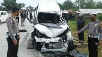 Personel Lalu Lintas Polres Kampar melakukan olah tempat kejadian perkara kecelakaan maut di Jalan Lintas Bangkinang-Pekanbaru. (Liputan6.com/M Syukur)