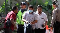 Kepala Kantor Imigrasi Kelas I Mataram Kurniadie (tengah) tiba di Gedung KPK, Jakarta, Selasa (28/5/2019). Kurniadie terjaring operasi tangkap tangan (OTT) KPK di salah satu kedai kopi di pusat perbelanjaan Kota Mataram pada 27 Mei 2019 malam. (Liputan6.com/HO/Joni)