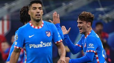 Duet Antoine Griezmann dan Luis Suarez secara dramatis membuahkan gol bagi Atletico Madrid di menit akhir pertandingan dan sukses mengalahkan AC Milan. (AFP/Miguel Medina)