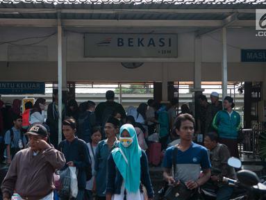 Calon penumpang kereta rel listrik (KRL) atau Commuter Line memadati Stasiun Bekasi, Jawa Barat, Jumat (19/5). Akibat Stasiun Klender terbakar, para penumpang di Stasiun Bekasi memilih mencari moda transportasi lainnya. (Liputan6.com/Gempur M Surya)