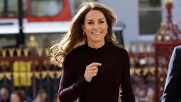 Duchess of Cambridge, Kate Middleton mengunjungi Natural History Museum di London, Rabu (9/10/2019). Mengenakan kulot,  Kate Middleton terlihat lebih cerah dan chic berkat warna rambutnya yang lebih blonde. (AP Photo/Kirsty Wigglesworth, pool)