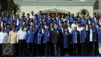 Ketum DPP Partai Demokrat Susilo Bambang Yudhoyono (tengah) serta para kader dan calon kepala daerah, foto bersama usai penutupan Rapat Pleno Partai Demokrat di Hotel Grand Yasmin, Cianjur, Jawa Barat, Minggu (30/8/2015). (Liputan6.com/Helmi Afandi)