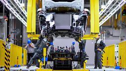Pekerja merakit mobil di pabrik VinFast, Haiphong, Vietnam, Jumat (14/6/2019). VinFast mengalami debut dunia di Paris Motor Show 2018. (Manan VATSYAYANA/AFP)