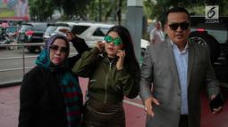 Rosa Meldianti atau yang akrab disapa Meldi didampingi kuasa hukumnya mendatangi Polda Metro Jaya, Jakarta, Selasa (6/11). Meldi melaporkan balik pedangdut yang juga tantenya, Dewi Perssik atas tuduhan pencemaran nama baik. (Liputan6.com/Faizal Fanani)