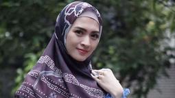 Aktris Donita mantap berhijab setelah mendapatkan teguran dari sang anak. Meski baru saja mulai menggunakan hijab, ia juga mengaku mulai merasa nyaman. (Liputan6.com/IG/@donitabhubiy)