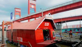 Warung Mbok Sri menjadi satu dari empat warung apung di tepian Sungai Musi yang menyediakan kuliner khas Palembang(Www.sulawesita.com)