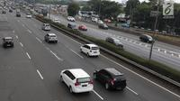 Kendaraan roda empat melintas di ruas tol lingkar luar di Jakarta, Minggu (26/8). Implementasi penyeragaman tarif tol lingkar luar Jakarta atau Jakarta Outer Ring Road (JORR) mundur dari bulan ini menjadi September. (Liputan6.com/Immanuel Antonius)
