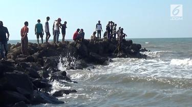 Seorang bocah bernasib nahas saat berliburan di Pantai Batang bersama keluarganya. Ia hilang terseret ombak dan tenggelam di laut.