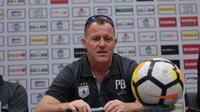 Pelatih Persipura Jayapura, Peter Butler, mengaku teringat dengan kandang Newcastle United saat timnya bertandang ke Stadion Gelora Bung Tomo, Surabaya, Selasa (29/5/2018). (Bola.com/Zaidan Nazarul)