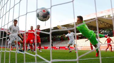 Pemain Bayern Munchen Benjamin Pavard (tak terlihat) mencetak gol ke gawang Union Berlin pada pertandingan Bundesliga di Berlin, Jerman, Minggu (17/5/2020). Bayern Munchen masih memuncaki klasemen Bundesliga usai mengalahkan Union Berlin 2-0. (HANNIBAL HANSCHKE/POOL/AFP)