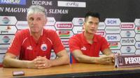 Pelatih Persija, Ivan Kolev (kiri) dan kiper Sahar Ginanjar dalam jumpa pers usia laga lawan PSS Sleman, Jumat (15/3). (Liputan6.com/Switzy Sabandar)
