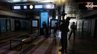 Awak media mengambil gambar suasana Stasiun MTR Bendungan Hilir saat terjadi pamadaman listrik di wilayah Jabodetabek, Jakarta, Minggu (4/8/2019). Listrik padam terjadi akibat gangguan pada sisi transmisi Ungaran dan Pemalang. (Liputan6.com/JohanTallo)