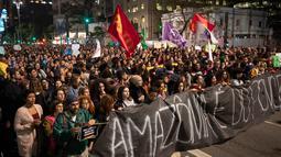 Demonstran berbaris memegang spanduk bertulis bahasa Portugis 'Amazon adalah milik rakyat' selama protes menuntut tindakan dari pemerintah Brasil memerangi kebakaran hutan Amazon di Sao Paulo, Brasil, Jumat (23/8/2019). (AP Photo/Andre Penner)