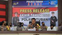 Kapolres Tuban AKBP Ruruh Wicaksono (tengah) ketika memaparkan hasil Anev akhir tahun 2020. (Liputan6.com/Ahmad Adirin)