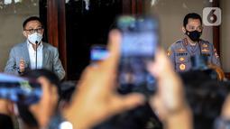 Kabareskrim Polri Komjen Pol Listyo Sigit Prabowo (kanan) bersama Ketua Komisi III DPR RI Herman Hery (kiri) menyampaikan keterangan pers usai mengikuti uji kelayakan dan kepatutan calon Kapolri di Lobi Nusantara II, Kompleks Parlemen, Jakarta, Rabu (20/1/2021). (Liputan6.com/Johan Tallo)