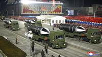 Rudal-rudal ditampilkan selama parade militer menandai kongres partai yang berkuasa di Lapangan Kim Il-sung, Pyongyang, Korea Utara, Kamis (14/1/2021). Wartawan independen tidak diberi akses untuk meliput acara ini. (Korean Central News Agency/Korea News Service via AP)