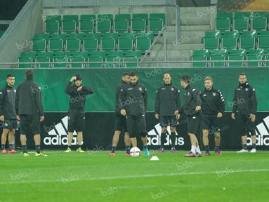 Skuat Sassoulo FC menjalani latihan ringan di Stadion Allianz, Rabu (19/10/2016) malam waktu setempat. (Bola.com/Reza Khomaini)