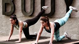 Tidak hanya berolahraga sendiri, Fanny Ghassani kerap berolahrga bersama rekan artis lainnya seperti Sahila Hisyam. Perempuan keturunan Arab ini terlihat fokus menjalani sesi workout nya. Keseriusannya ini membuat Fanny memiliki bentuk tubuh yang ideal. (Liputan6.com/IG/@fannyghassani)
