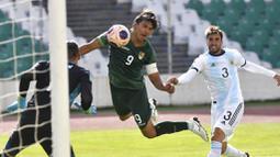 Pemain Bolivia, Marcelo Martins, mencetak gol ke gawang Argentina pada laga kualifikasi Piala Dunia 2022 di Estadio Hernando Siles, Rabu (14/10/2020). Argentina menang dengan skor 2-1. (AP/Juan Karita)