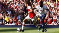 Gelandang Arsenal, Matteo Guendouzi, bersitegang dengan pemain Tottenham Hotspur, Davinson Sanchez, pada laga Premier League 2019 di Stadion Emirates, Minggu (1/9). Kedua tim bermain imbang 2-2. (AP/Alastair Grant)