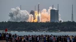 Roket Long March 5B membawa modul inti Stasiun Luar Angkasa Tianhe lepas landas dari Pusat Peluncuran Luar Angkasa Wenchang di Provinsi Hainan, China, Rabu (29/4/2021). Saat ini, satu-satunya stasiun ruang angkasa di orbit adalah Stasiun Ruang Angkasa Internasional, tidak termasuk China. (STR/AFP)