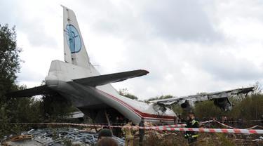Polisi memeriksa lokasi kecelakaan pesawat kargo Antonov-12 di Lviv, Ukraina, Jumat (4/10/2019). Pihak berwenang Ukraina mengatakan lima orang tewas dalam kecelakaan tersebut. (AP Photo/Tys Mykola)