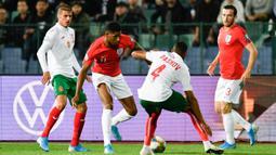 Striker Inggris, Marcus Rashford, berusaha menghadang bek Bulgaria, Georgi Pashov, pada laga Kualifikasi Piala Dunia 2020 di Stadion Vasil Levski, Sofia, Senin (14/10). Bulgaria kalah 0-6 dari Inggris. (AFP/Nikolay Dychinov)