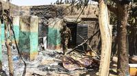 Tentara Mali di reruntuhan bangunan usai konflik komunal berujung pembantaian etnis di Ogossagou, Kota Moptu, Mali. (AFP PHOTO)