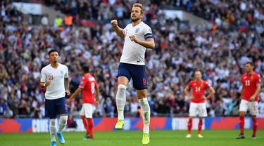 Striker Inggris, Harry Kane, merayakan gol yang dicetaknya ke gawang Bulgaria pada laga Kualifikasi Piala Eropa 2020 di Stadion Wembley, London, Sabtu (7/9). Inggris menang 4-0 atas Bulgaria. (AFP/Ben Stansall)