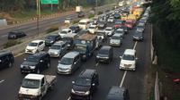 Kepadatan kendaraan di Jembatan Curug, Jakarta Timur menuju Jalan Tol Cikampek, arah Jakarta-Karawang, Kamis (5/5/2016) pagi. (Liputan6.com/Andi Muhyiddin)