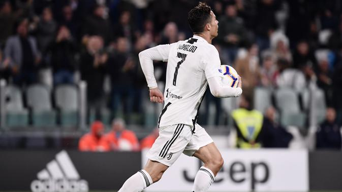 Striker Juventus, Cristiano Ronaldo, merayakan gol yang dicetaknya ke gawang Torino pada laga Serie A di Stadion Allianz, Turin, Jumat (3/5). Kedua klub bermain imbang 1-1. (AFP/Marco Bertorello)